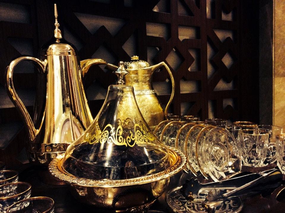 アラビアのコーヒーセットとお茶菓子のデーツ